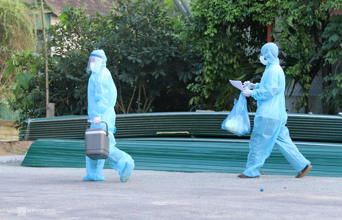 Cán bộ y tế đi lấy mẫu xét nghiệm nCoV cho người dân huyện Thạch Hà. Ảnh: Đức Hùng