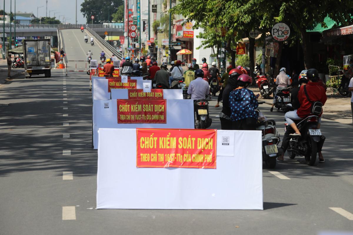 Chốt kiểm soát Covid-19 trên đường Nguyễn Kiệm ở quận Gò Vấp, trong thời gian toàn quận giãn cách xã hội theo Chỉ thị 16. Ảnh: Quỳnh Trần.