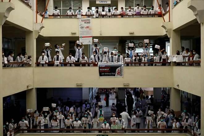 Y bác sĩ biểu tình chống tình trạng bạo lực nơi làm việc tại Bệnh viện Cao đẳng Sư phạm Y tế Nepal ở Kathmandu, ngày 31/5. Ảnh: Reuters