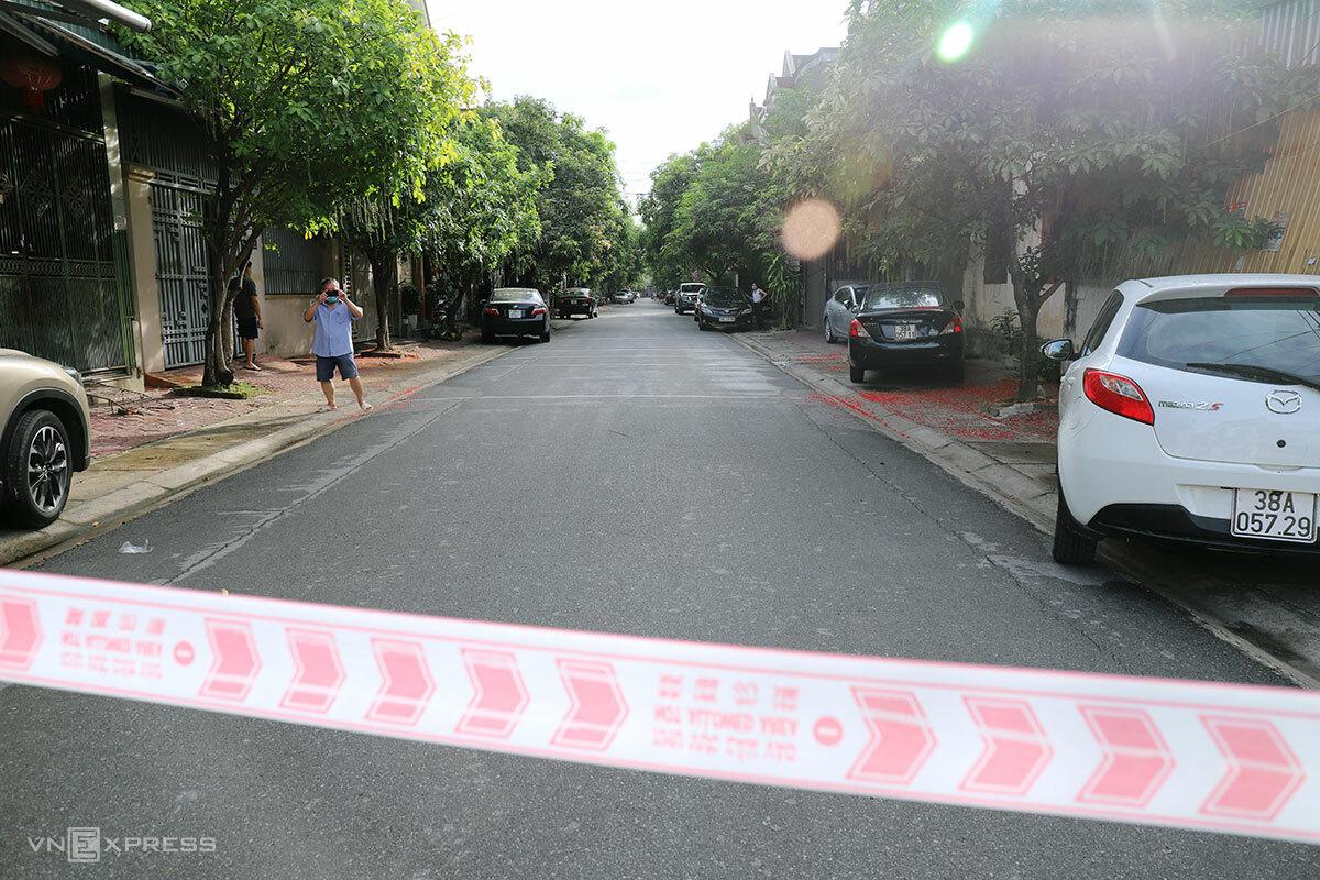 Nhà chức trách phong tỏa một con đường ở phường Nguyễn Du, nơi liên quan đến nhân viên Bệnh viện Đa khoa Hà Tĩnh nhiễm nCoV, sáng 8/6.
