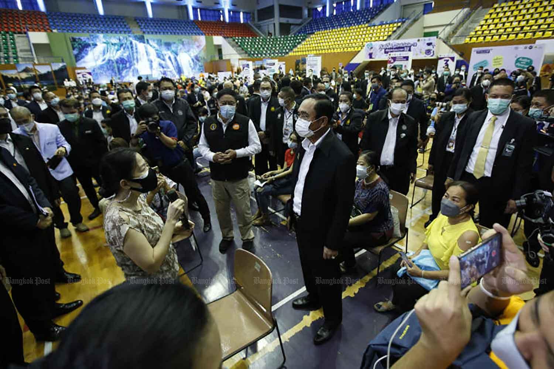 Thủ tướng Thái Lan Prayuth Chan-ocha đến thăm một điểm tiêm chủng tại Bangkok, hôm 7/6. Ảnh: BP