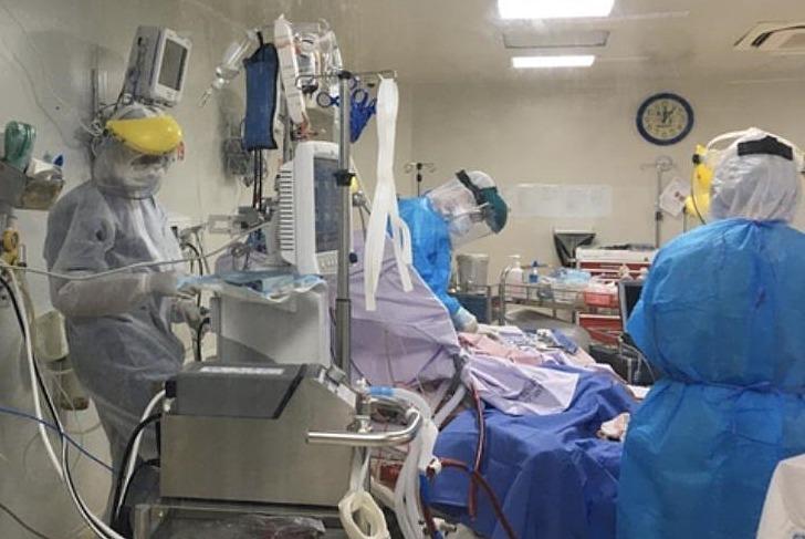 3 bệnh nhân Covid-19 rất nặng đang chạy ECMO tại Bệnh viện Bệnh Nhiệt đới TP HCM, ngày 8/6. Ảnh do bệnh viện cung cấp.