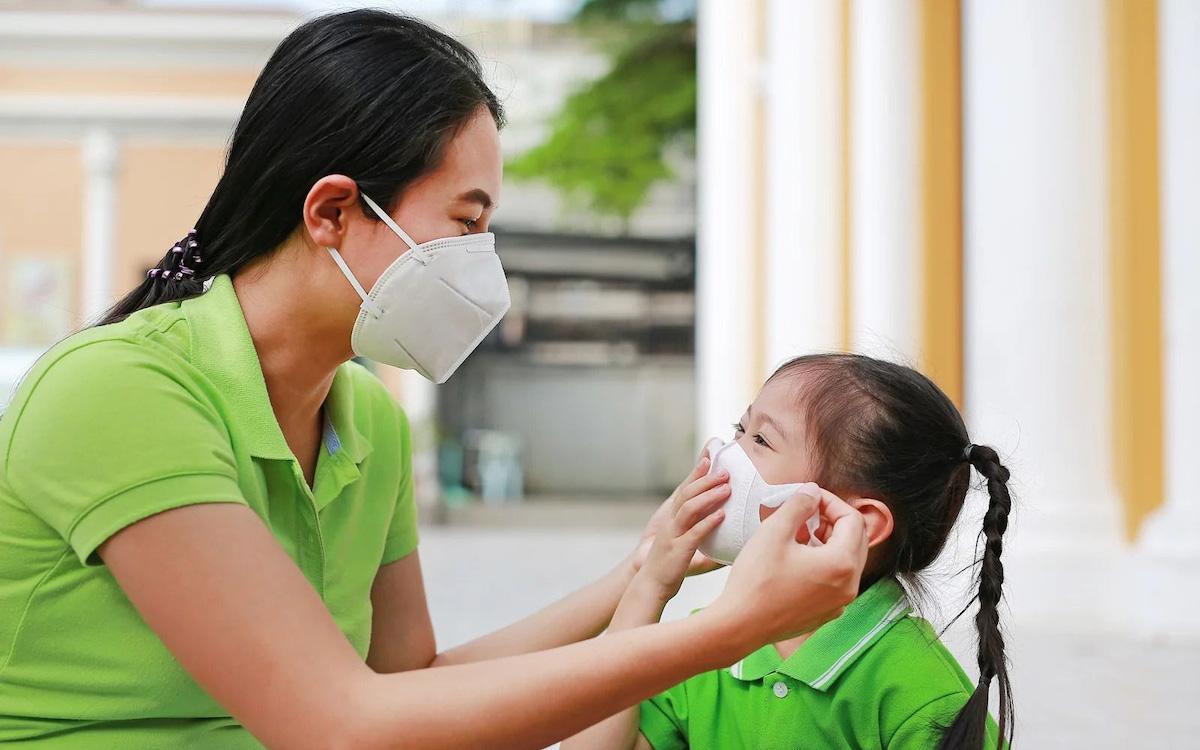 Tạo cho bé thói quen rửa tay thường xuyên và đeo khẩu trang khi ra khỏi nhà. Ảnh: Shutterstock