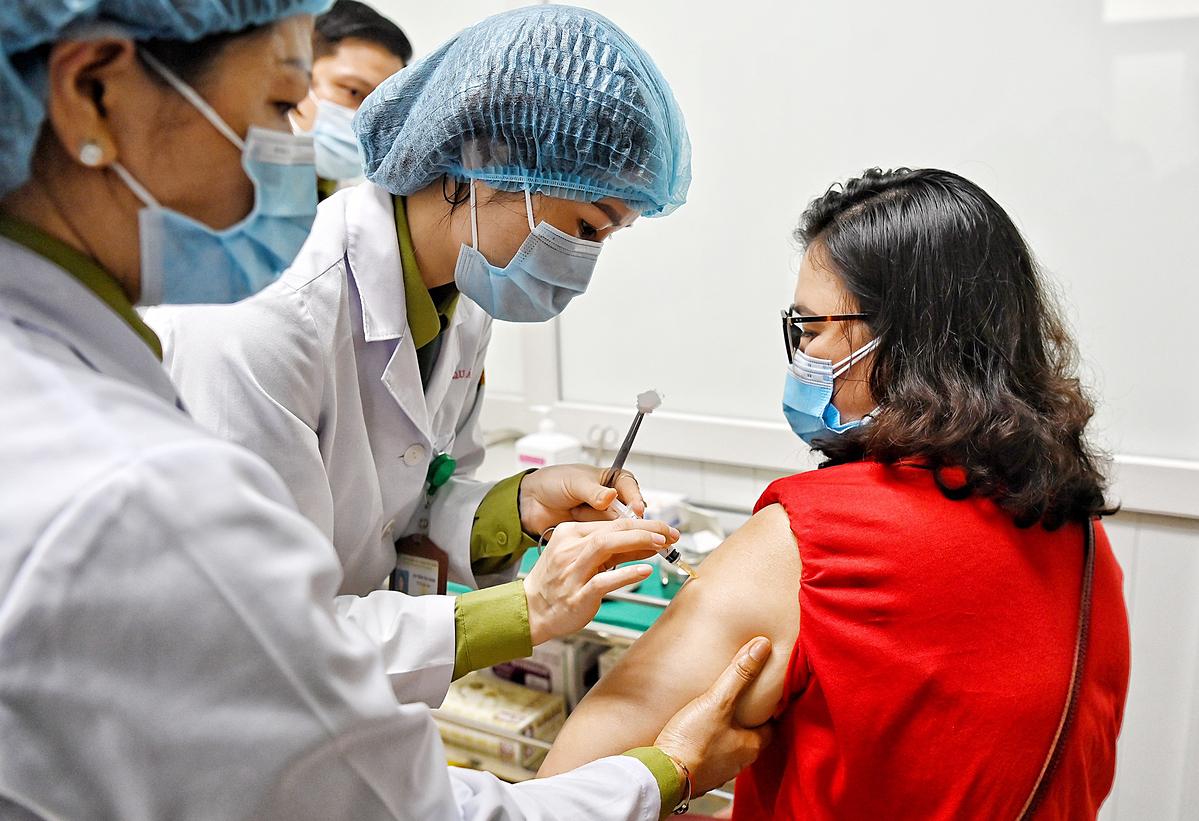 Tiêm thử nghiệm vaccine Nanocovax lần hai tại Hà Nội, ngày 26/2. Ảnh: Giang Huy