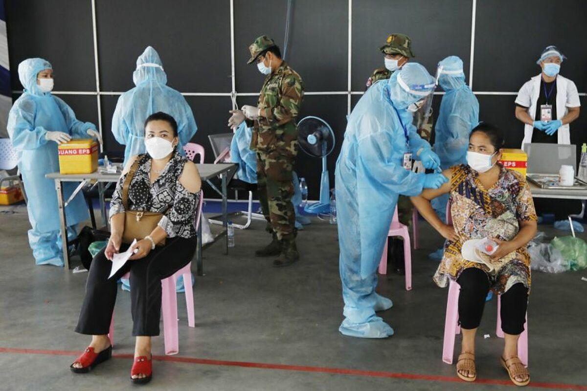 Người dân Campuchia tại một điểm tiêm chủng ở Phnom Penh, Campuchia, ngày 1/5. Ảnh: EPA