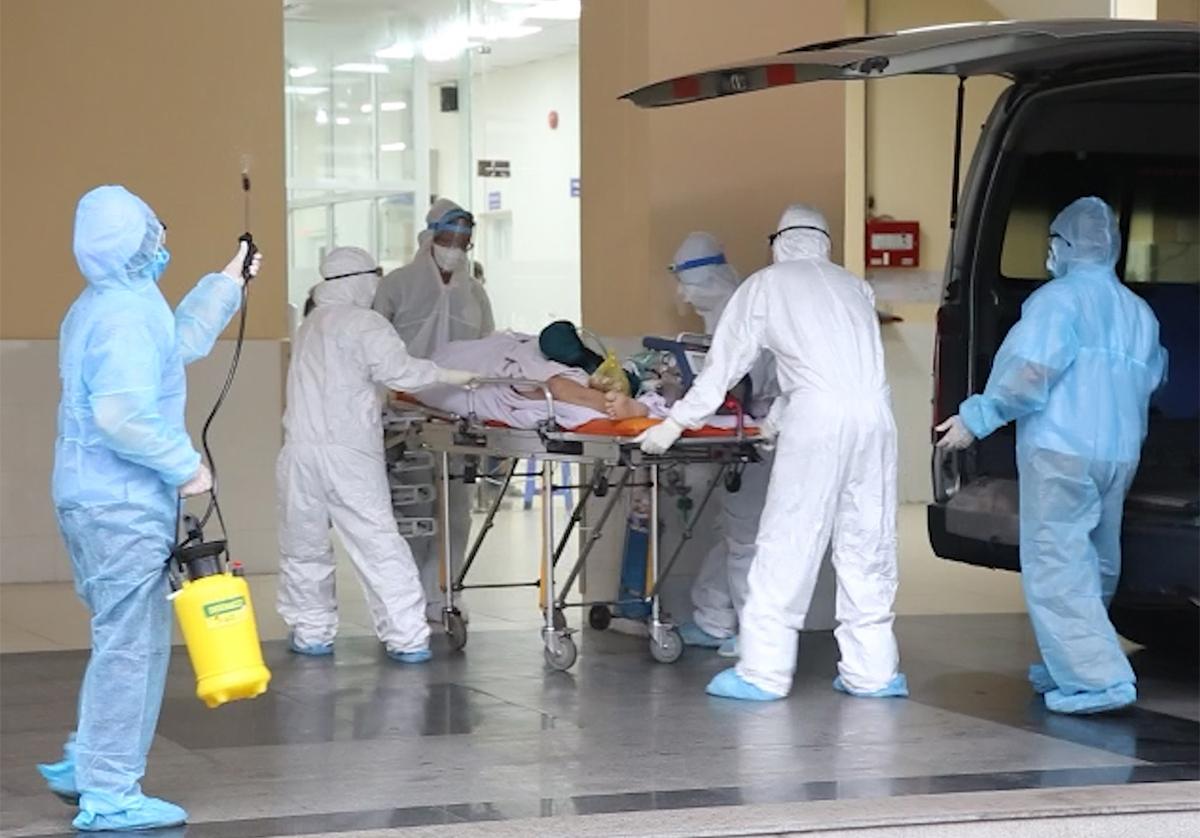 Các bác sĩ chuyển bệnh nhân công an cùng máy ECMO sang Chợ Rẫy điều trị. Ảnh: Bệnh viện cung cấp.