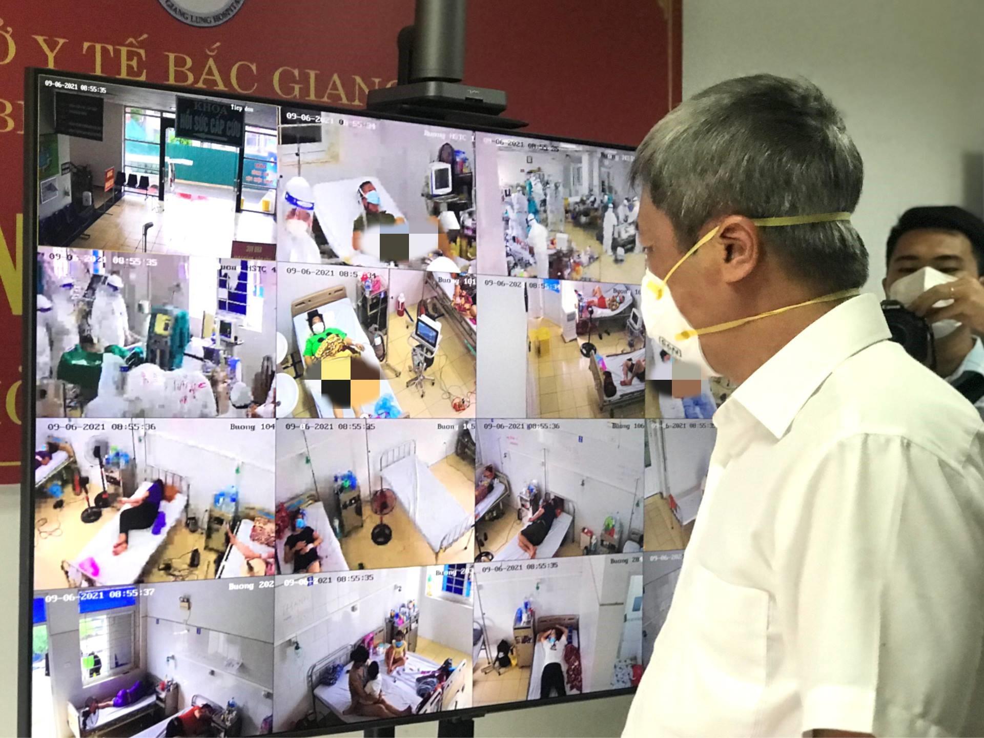 Thứ trưởng Nguyễn Trường Sơn kiểm tra theo dõi các ca bệnh nặng tại Bệnh viện Phổi. Ảnh: Ngọc Mai.
