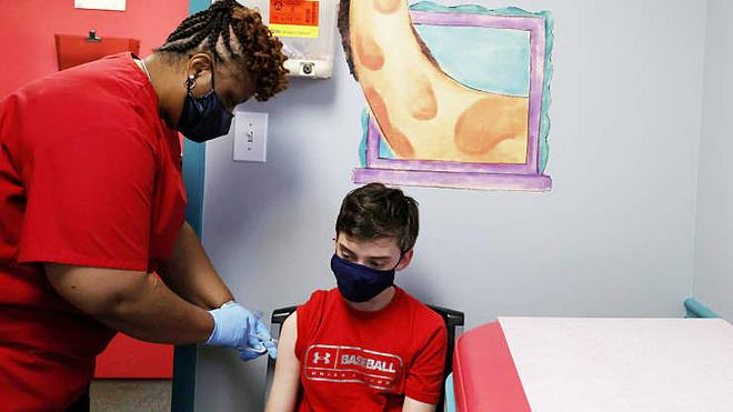 Thiếu niên 13 tuổi được tiêm vaccine Covid-19 của Pfizer tại Trung tâm Nhi khoa Dekalb ở Decatur, Georgia, ngày 11/5. Ảnh: Reuters