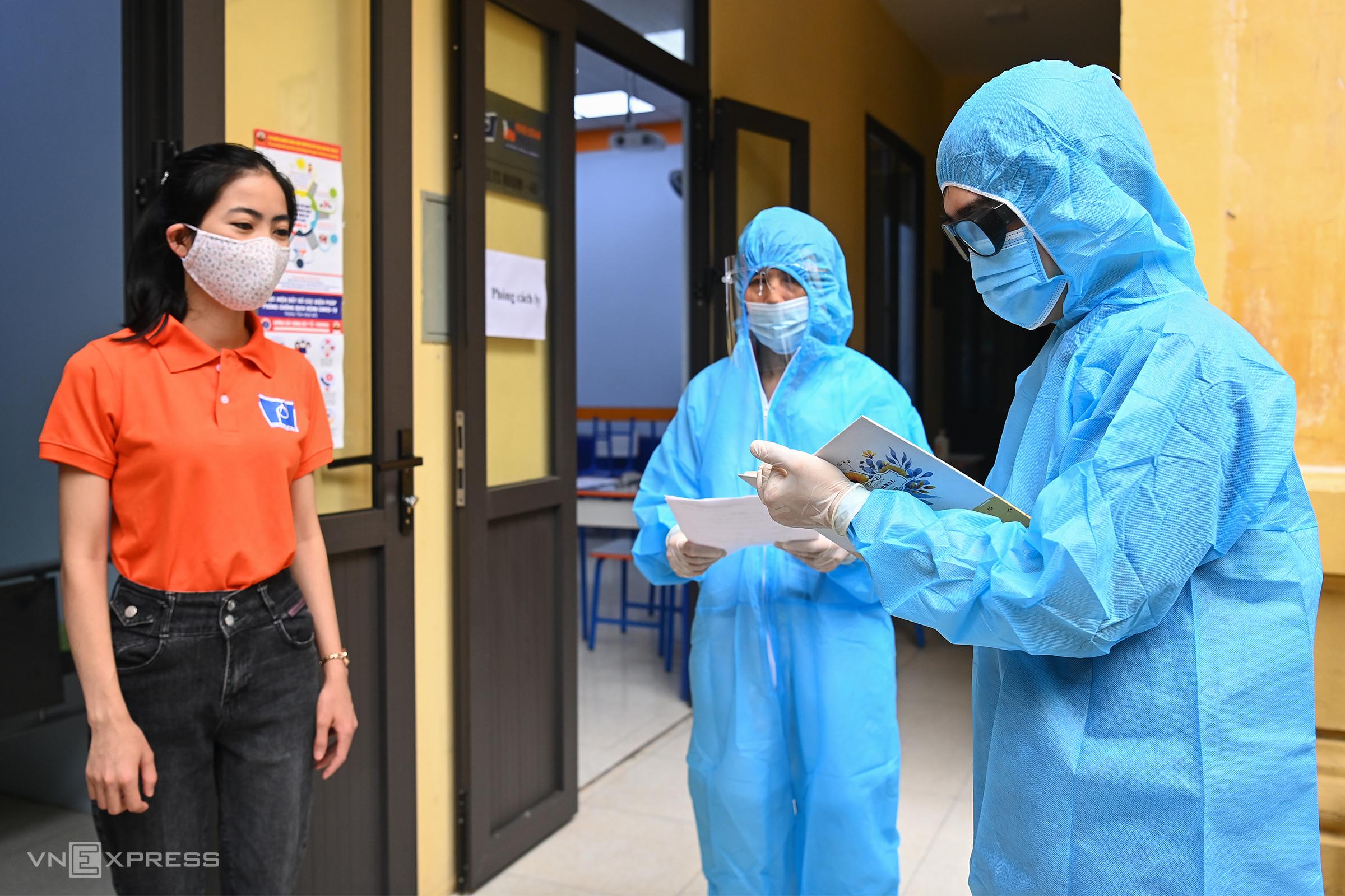 Diễn tập phương án phòng, chống dịch Covid-19 tại Trường PTTH Phan Đình Phùng, Ba Đình, Hà Nội, ngày 8/6. Ảnh: Giang Huy.
