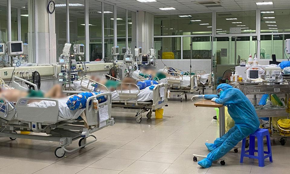 Điều dưỡng khoa ICU tranh thủ ngủ mệt trong một ca trực đêm cuối tháng 5. Ảnh: BVCC.