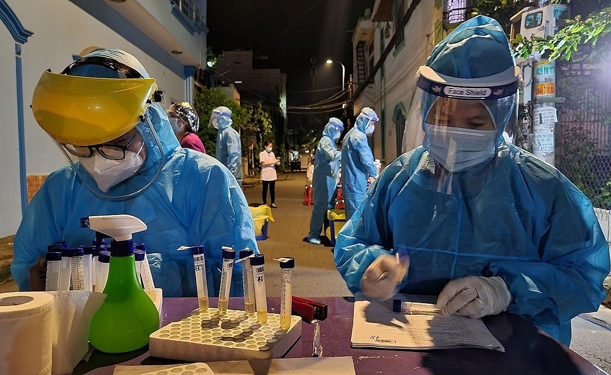 Nhân viên y tế lấy mẫu xét nghiệm trong khu vực phong tỏa khu dân cư Nam Long. Ảnh: Trung tâm Kiểm soát Bệnh tật TP HCM.