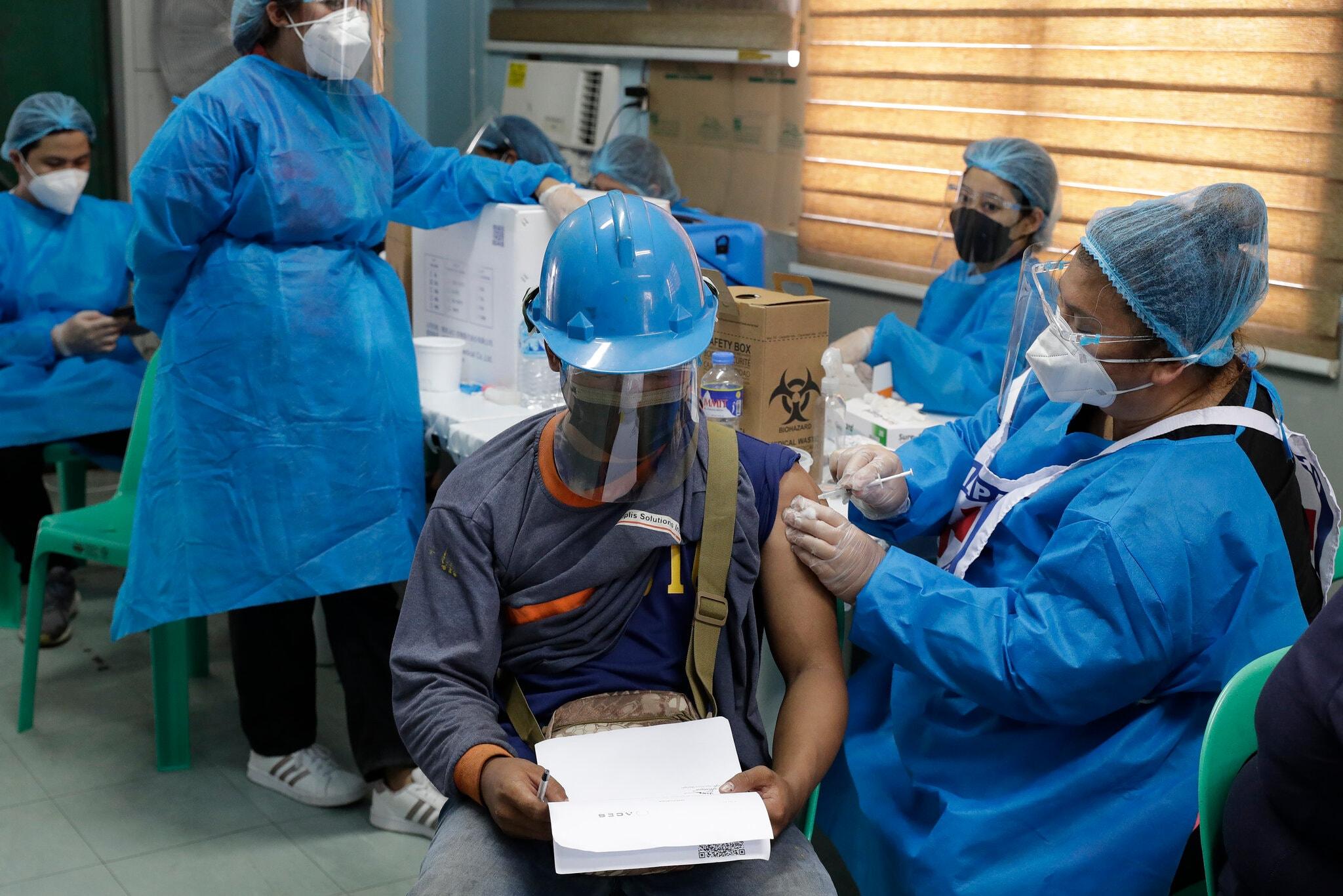 Công nhân tại cảng cá Navotas, Philippines, được tiêm vaccine Covid-19, ngày 7/6. Ảnh: AP.