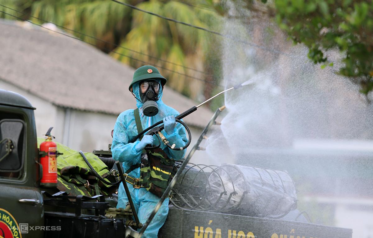 Quân đội phun khử khuẩn ở xã Thạch Trung và phường Nguyễn Du, nơi các ca nhiễm nCoV liên quan vợ chồng doanh nhân lưu trú. Ảnh: Đức Hùng