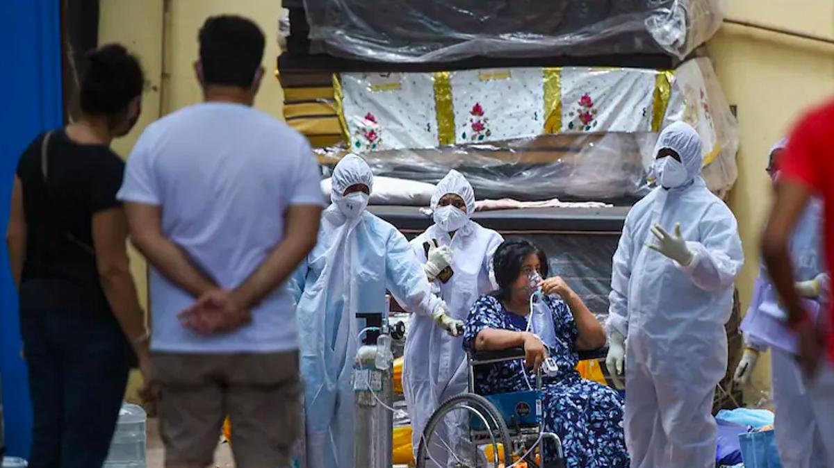Nhân viên y tế chăm sóc người mắc Covid-19 trong Trung tâm Jumbo, ngày 22/4. Ảnh: PTI
