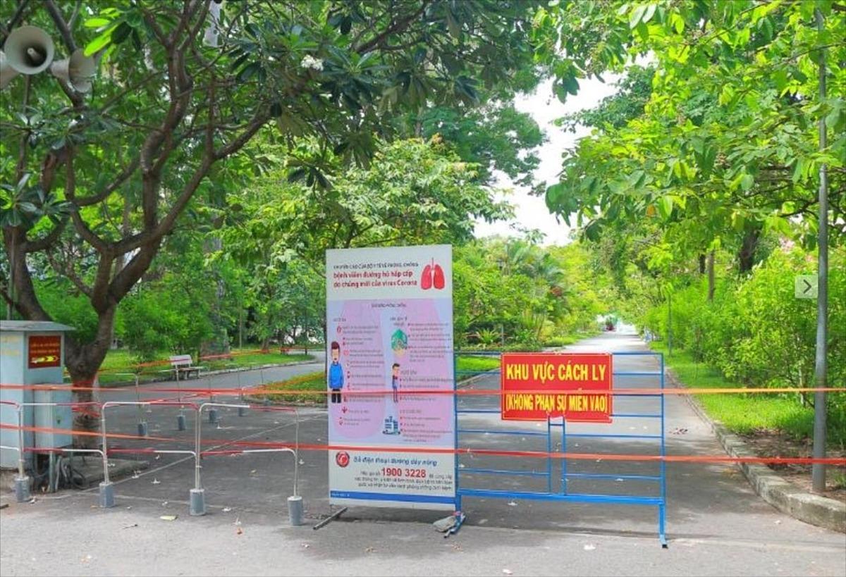 Hàng rào chắn tách biệt 2 nửa bệnh viện, kể cả tách biệt 2 nhóm nhân viên cho 2 chức năng