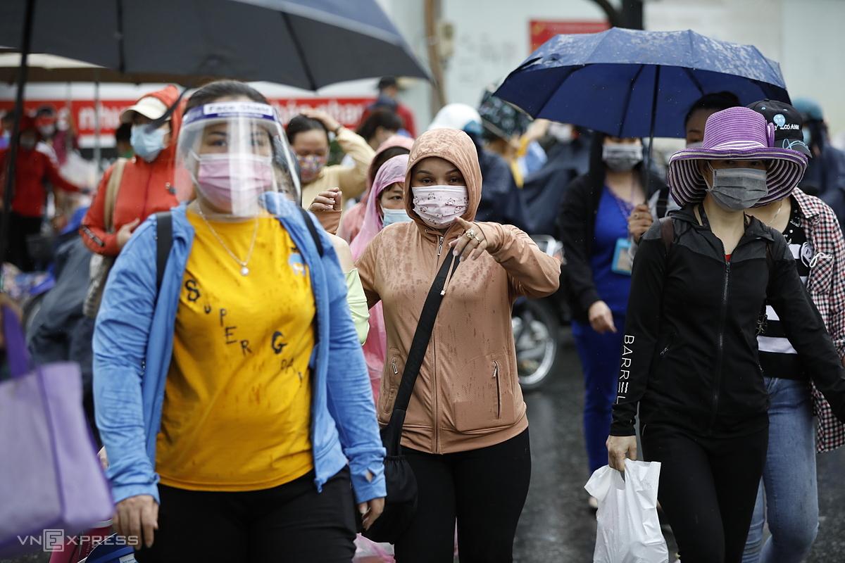 Sau khi phát hiện ca Covid-19 là nữ công nhân trong Công ty TNHH Pouyuen Việt Nam, nhiều lao động nhất TP HCM, các công nhân ý thức mang khẩu trang đầy đủ và mặt nạ chóng dịch khi tan ca, chiều 9/6. Ảnh: Hữu Khoa.