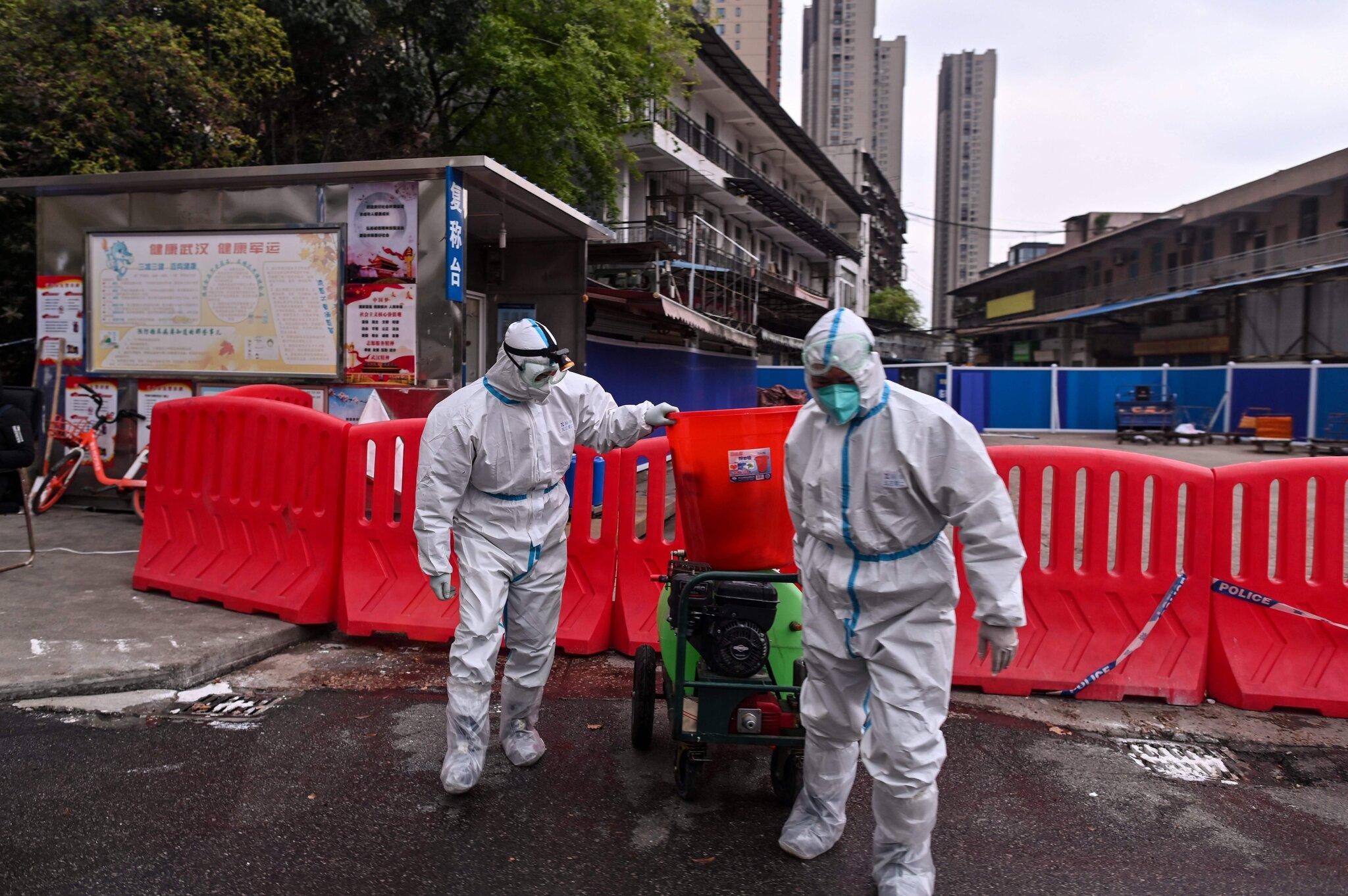 Nhân viên y tế khử khuẩn bên ngoài chợ hải sản Hoa Nam, Vũ Hán, tháng 3/2020. Ảnh: AFP