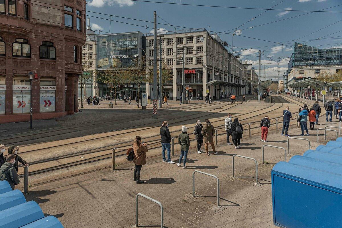 Người dân xếp hàng chờ lấy mẫu tại nhà ga ở Saarbrücken. Ảnh: NY Times