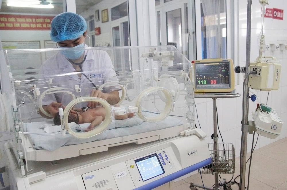 Các bác sĩ đang kiểm tra sức khỏe bé trai bị sốc phản vệ hiếm gặp. Ảnh: Bệnh viện cung cấp