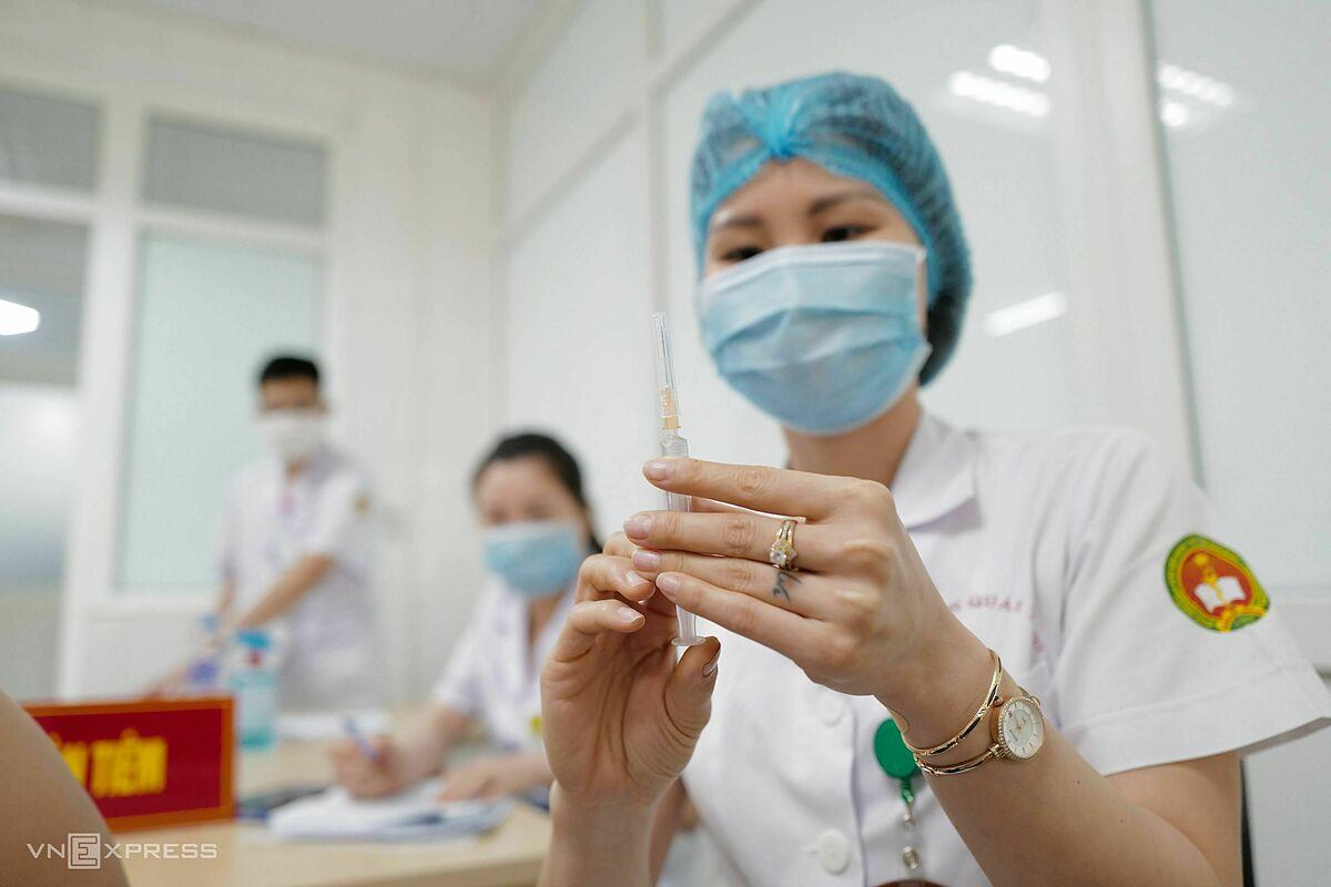 Chuẩn bị tiêm vaccine Nanocovax giai đoạn ba cho người tình nguyện viên tại Học viện Quân y, ngày 10/6. Ảnh: Ngọc Thành.