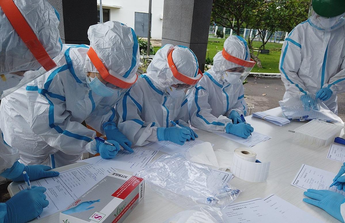 Lấy mẫu xét nghiệm Covid-19 tại TP HCM. Ảnh: Lan Anh.