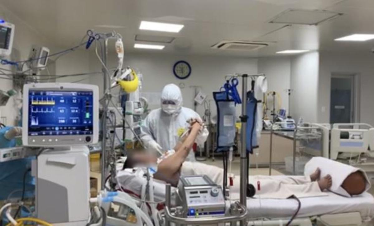 Bệnh nhân 2983 nữ, 65 tuổi đang điều trị tại Bệnh viện Bệnh Nhiệt đới, được chuyển đến từ An Giang, từng được tiên lượng bệnh nặng như bệnh nhân phi công 91, nay đã được cai ECMO, tập vật lý trị liệu, sẽ sớm được xuất viện. Ảnh: Sở Y tế TP HCM.
