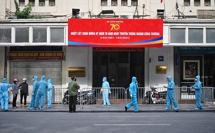 Một khu vực tại phố Đinh Tiên Hoàng, Hà Nội, bị phong tỏa do liên quan hai ca nhiễm ngày 12/5. Ảnh: Ngọc Thành