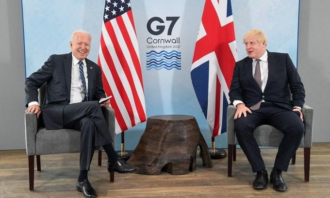 Tổng thống Mỹ Joe Biden (trái) và Thủ tướng Anh Boris Johnson gặp song phương tại Vịnh Carbis, Cornwal, tây nam nước Anh, trước thềm hội nghị thượng đỉnh G7. Ảnh: AFP.