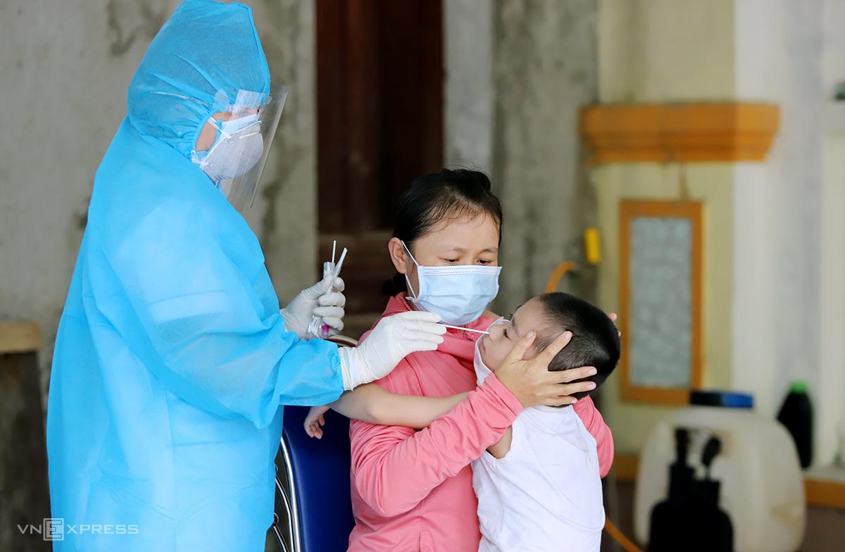 Cán bộ y tế lấy mẫu xét nghiệm nCoV cho người dân phường Trần Phú, TP Hà Tĩnh, ngày 10/6. Ảnh:Đức Hùng