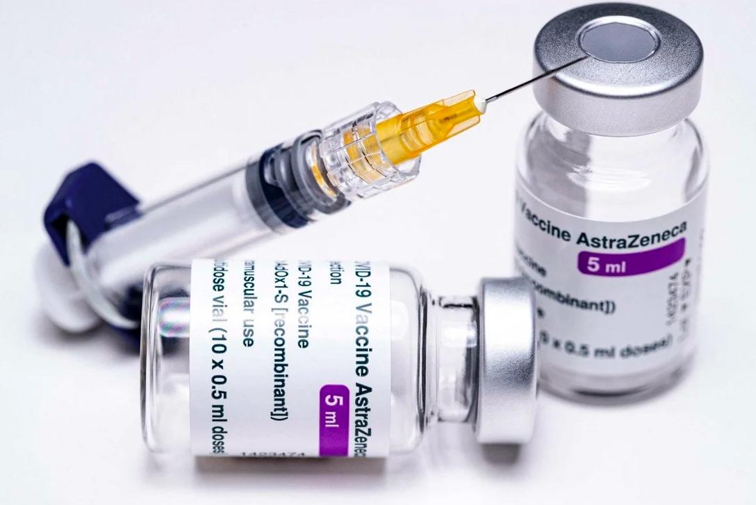 Các lọ vaccine AstraZeneca được trưng bày tại Mỹ. Ảnh: Reuters