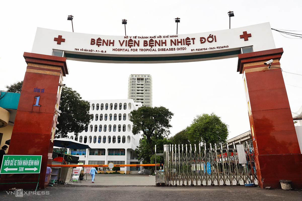 Bệnh viện Bệnh nhiệt đới TP HCM, chiều 12/6. Ảnh: Hữu Khoa.