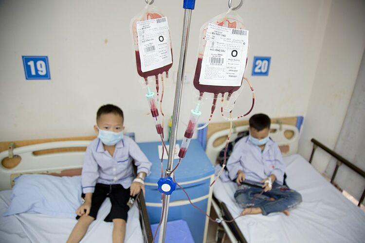 Các bệnh nhi truyền máu tại Viện huyết học. Ảnh: Công Thắng