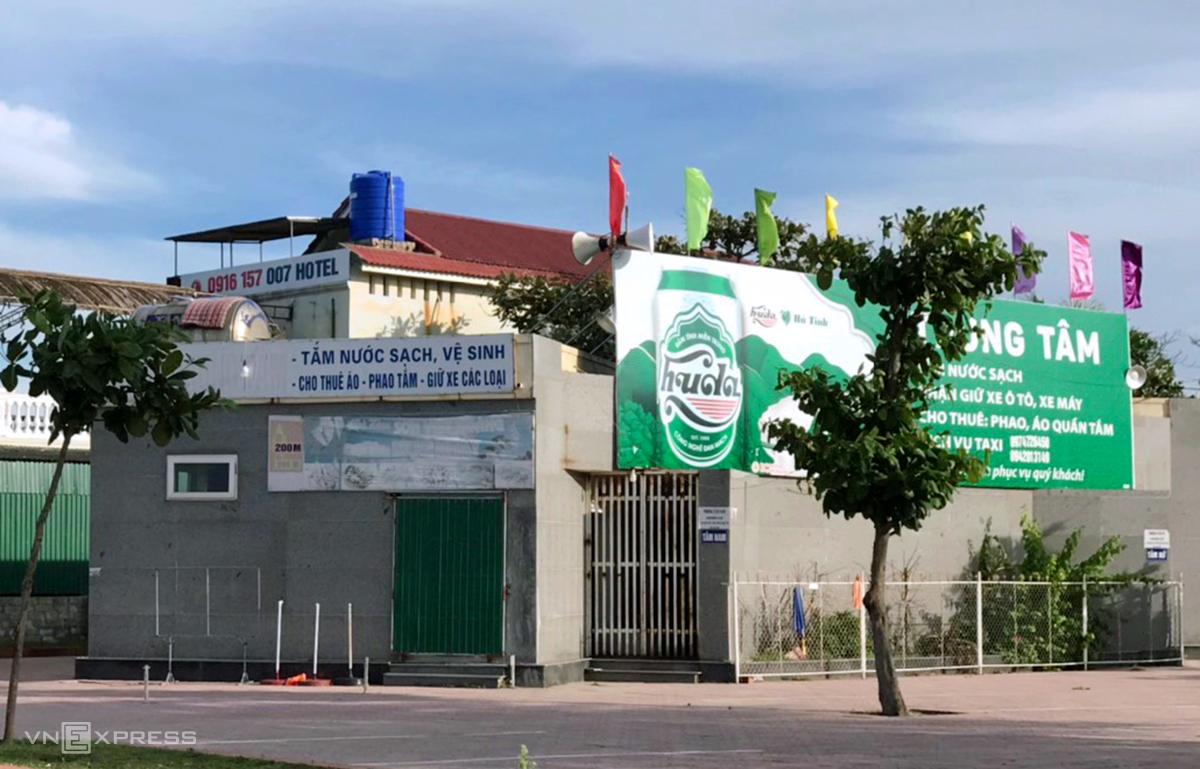 Điểm tắm nước ngọt công cộng ở bãi biển Xuân Hải, thị trấn Lộc Hà, nơi ngành y tế đã ra thông báo tìm người đến đây do liên quan một số ca Covid-19 trong tỉnh Hà Tĩnh. Ảnh: Hùng Lê