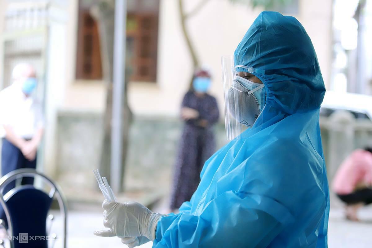 Nhân viên y tế lấy mẫu xét nghiệm cho người dân vùng dịch TP Hà Tĩnh. Ảnh: Đức Hùng.
