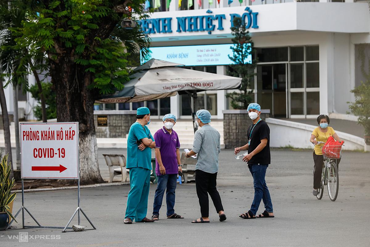 Bệnh viện Bệnh Nhiệt đới TP HCM tạm phong tỏa, chiều 12/6, sau khi ghi nhận các nhân viên mắc Covid-19. Ảnh: Hữu Khoa.