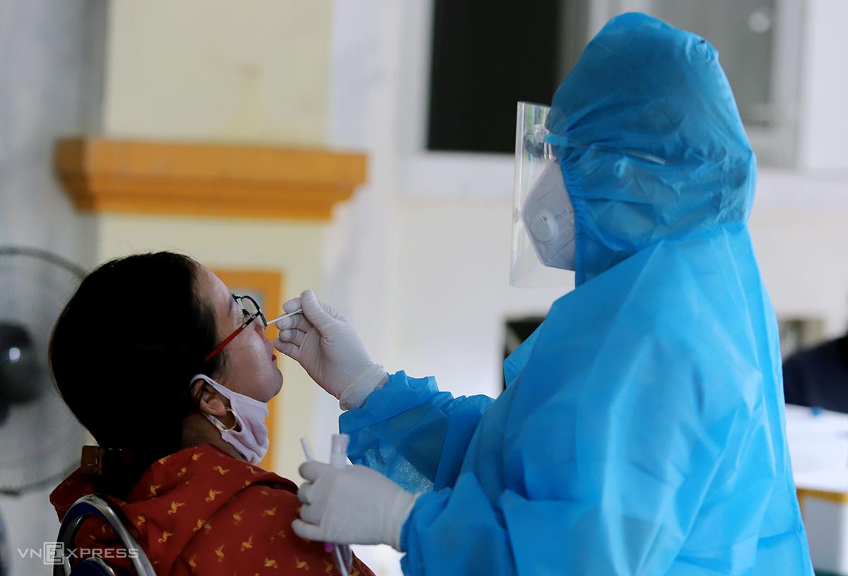 Cán bộ y tế lấy mẫu xét nghiệm nCoV cho người dân TP Hà Tĩnh, chiều 13/6. Ảnh: Đức Hùng