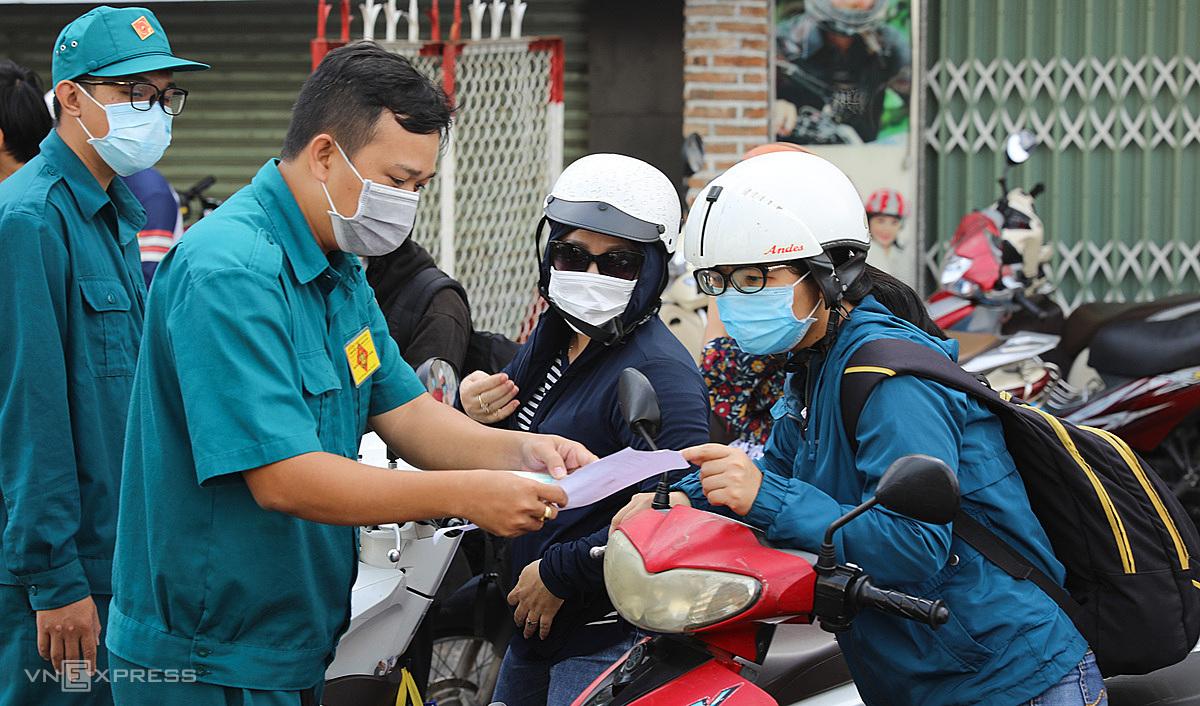 Chốt kiểm soát Covid - 19 trên đường Phan Văn Trị, quận Gò Vấp, ngày 1/6. TP HCM giãn cách xã hội toàn thành phố theo Chỉ thị 15, riêng quận Gò Vấp và phường Thạnh Lộc (quận 12) theo Chỉ thị 16, từ 0h ngày 31/5. Ảnh: Quỳnh Trần.