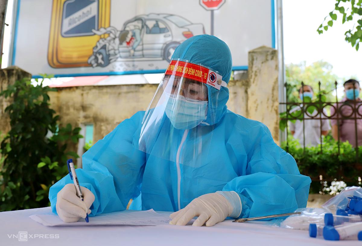 Cán bộ y tế lấy thông tin dịch tễ người xét nghiệm nCoV ở TP Hà Tĩnh. Ảnh: Đức Hùng