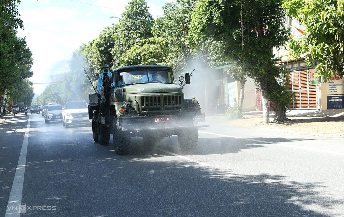Xe quân đội phun khử khuẩn tại thành phố Vinh, trưa 14/6. Ảnh: Nguyễn Hải