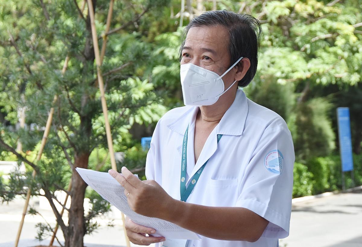 Tiến sĩ, bác sĩ Nguyễn Văn Vĩnh Châu, Giám đốc Bệnh viện Bệnh Nhiệt đới TP HCM báo cáo về tình hình Covid-19 tại bệnh viện, khi Thứ trưởng Y tế Nguyễn Trường Sơn đến làm việc, ngày 13/6. Ảnh: Bộ Y tế..
