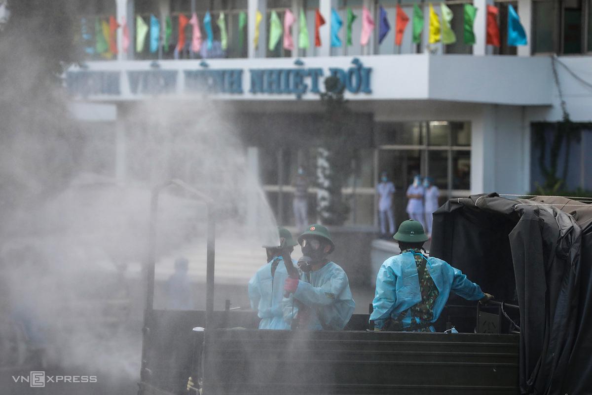 Quân đội phun khử khuẩn toàn bộ Bệnh viện Bệnh Nhiệt đới TP HCM, chiều 13/6. Ảnh: Hữu Khoa.