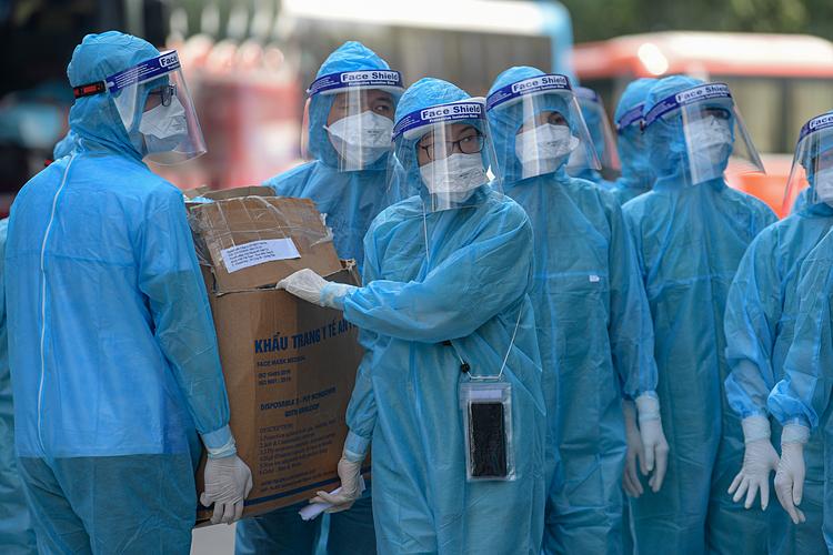 Lấy mẫu xét nghiệm công nhân KCN Quang Châu, Bắc Giang. Ảnh: Giang Huy