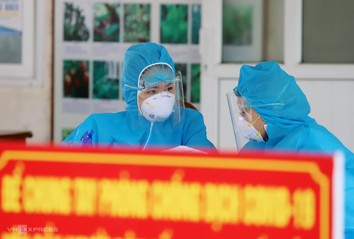 Cán bộ y tế làm nhiệm vụ lấy mẫu xét nghiệm nCoV cho người dân TP Hà Tĩnh. Ảnh: Đức Hùng