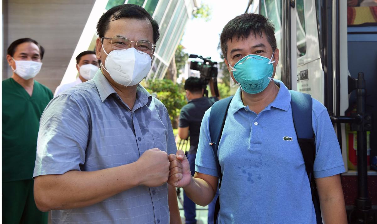 Bác sĩ Trần Thanh Linh (bên phải) đấm tay, chào tạm biệt Bắc Giang trước khi về lại TP HCM. Ảnh: Bệnh viện cung cấp.