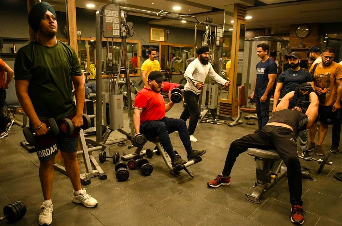 Một phòng gym đông đúc ở Delhi sau khi thành phố mở cửa trở lại. Ảnh: AFP