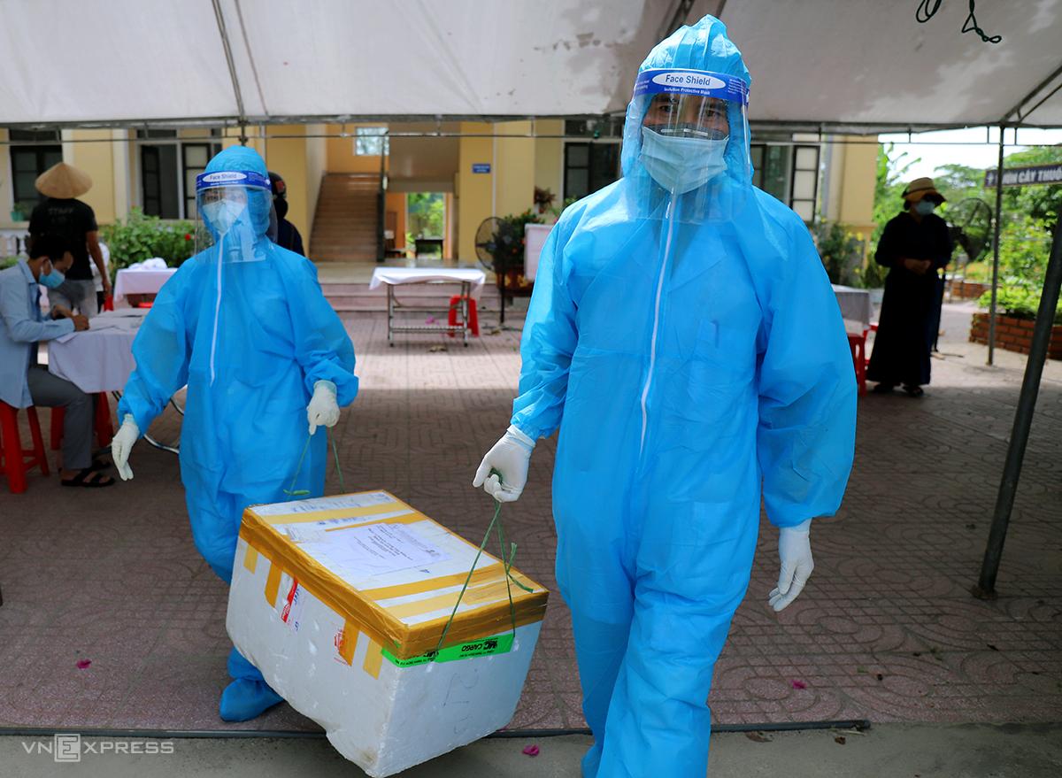 Cán bộ y tế làm nhiệm vụ lấy mẫu xét nghiệm nCoV ở TP Hà Tĩnh. Ảnh: Đức Hùng