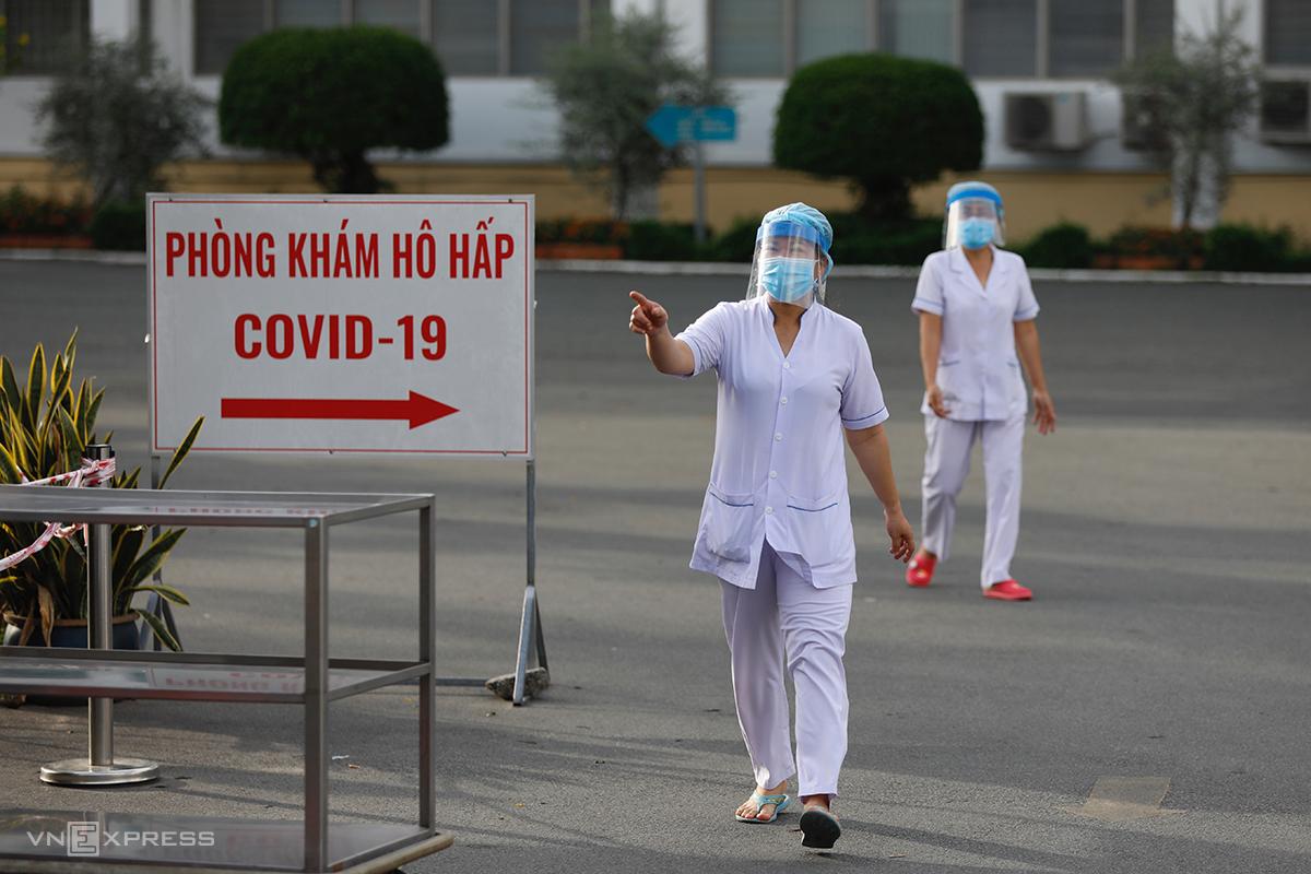 Nhân viên Bệnh viện Bệnh Nhiệt đới TP HCM, ngày 13/6. Ảnh: Hữu Khoa.