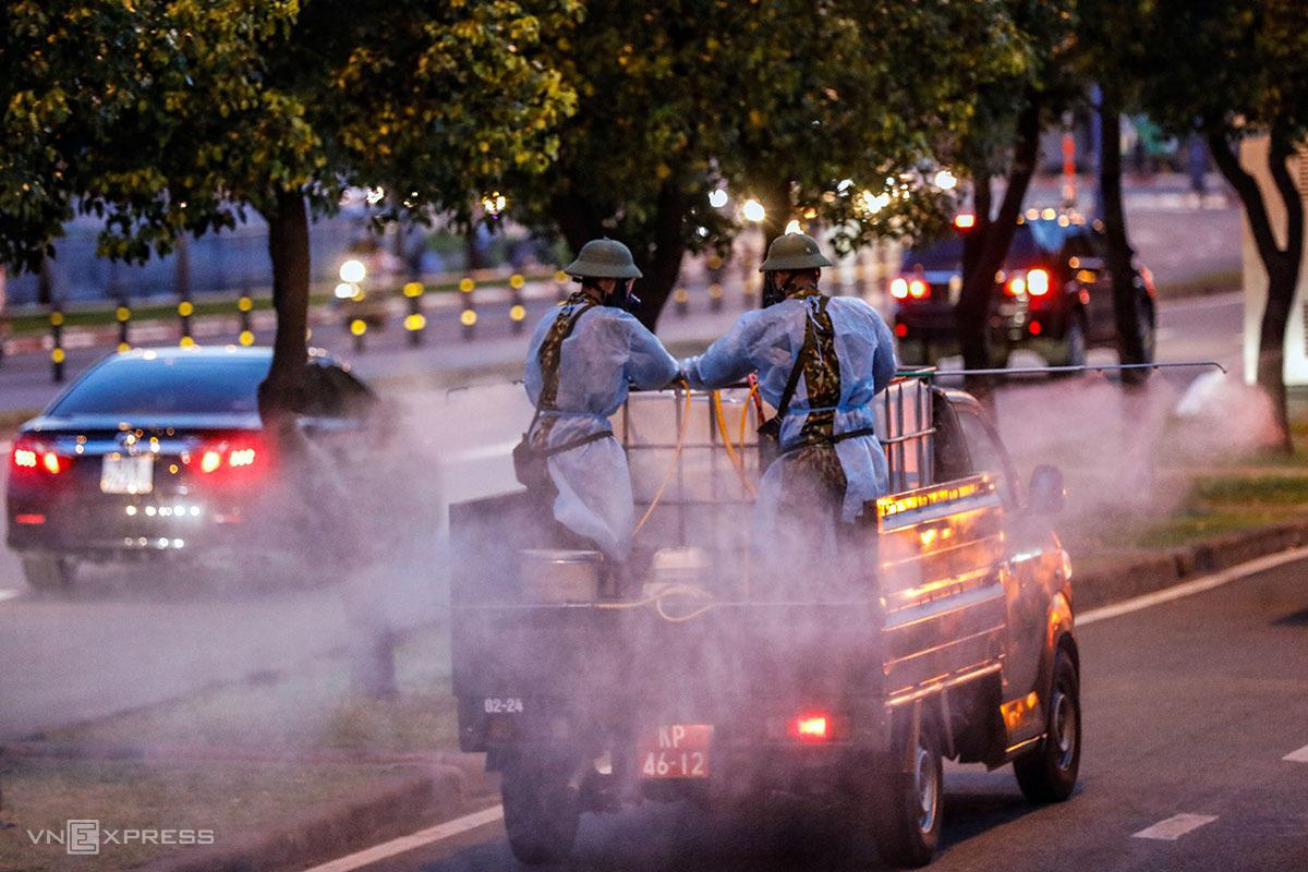 Quân đội phun khử khuẩn trước Bệnh viện Bệnh Nhiệt đới TP HCM, ngày 13/6. Ảnh: Hữu Khoa.