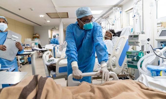 Các bác sĩ tại khu chăm sóc tích cực dành cho bệnh nhân Covid-19 ở Bệnh viện Gia đình Holy, New Delhi, Ấn Độ, hôm 24/5. Ảnh: WSJ.