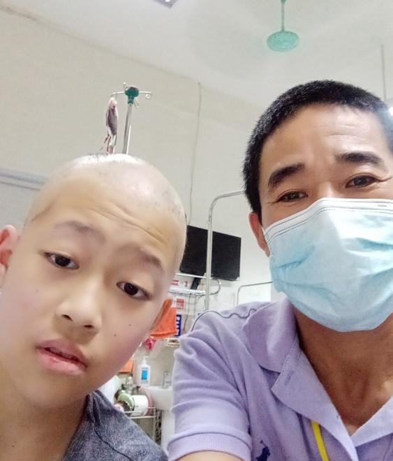 Bé Anh Văn và bố tại bệnh viện. Ảnh: Nhân vật cung cấp